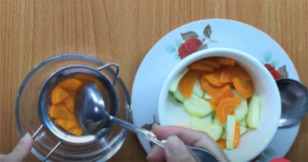 Rây nhuyễn bí ngòi và cà rốt