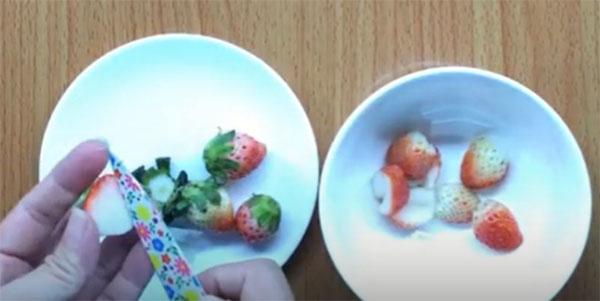 Món dâu tây nghiền cho bé 7 tháng ăn dặm