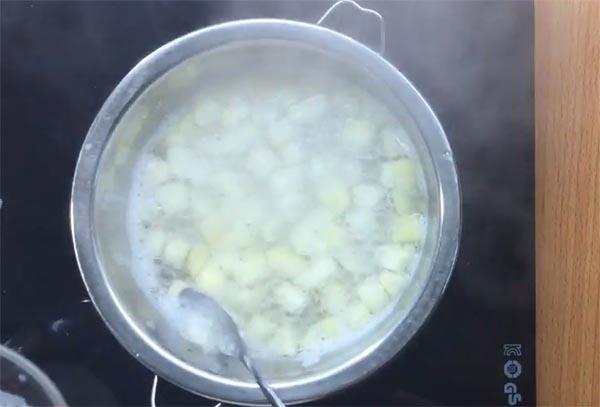 Cách làm hỗn hợp bơ táo cho bé ăn dặm (2)