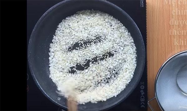 Làm bột gạo từ gạo tẻ cho bé ăn dặm