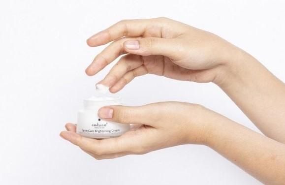 Kem Dưỡng Trắng Da Sakura Spots Care Brightening Cream