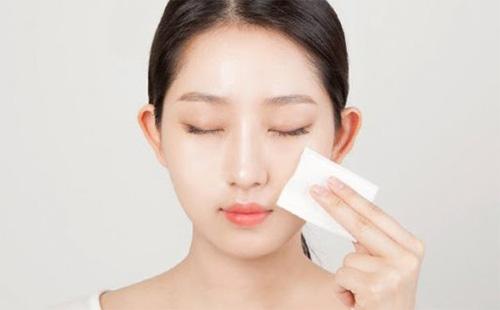 Toner sẽ giúp lấy đi lượng dầu thừa hay bụi bẩm sót lại trên da